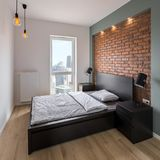 Dormitorio con rojo, pared de ladrillo imagenes de archivo