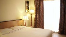 Dormitorio con una cama matrimonial en el hotel egipcio almacen de metraje de vídeo