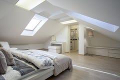 Dormitorio conectado con el cuarto de baño foto de archivo libre de regalías