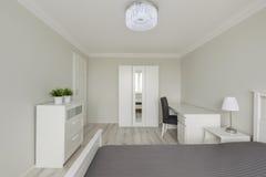 Dormitorio contemporáneo del blanco del diseño Foto de archivo libre de regalías