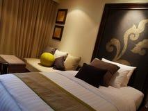 Dormitorio contemporáneo del hotel Imagen de archivo libre de regalías