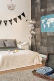 Dormitorio contemporáneo para el viajero joven Fotografía de archivo libre de regalías