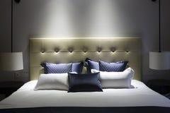 Dormitorio contemporáneo y contratante de las modas Fotos de archivo