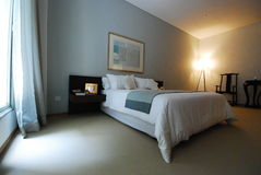 Dormitorio costoso hermoso con la ventana grande Fotografía de archivo