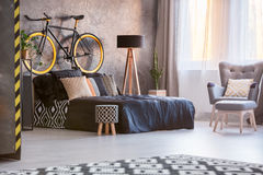 Dormitorio creativo del gris del estilo Fotos de archivo libres de regalías