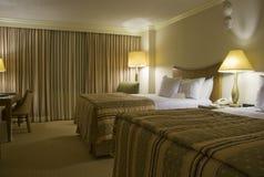 Dormitorio de dos camas con tres lámparas Imagen de archivo libre de regalías