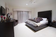 Dormitorio de Girly en la mansión de lujo Foto de archivo