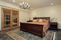 Dormitorio de huésped con las puertas francesas Fotografía de archivo libre de regalías