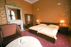 Dormitorio de la cama gemela foto de archivo libre de regalías