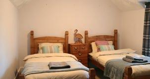 Dormitorio de la cama individual almacen de metraje de vídeo