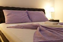 Dormitorio de la cama matrimonial imagen de archivo