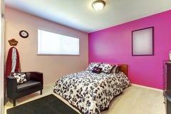 Dormitorio de la muchacha del adolescente con la pared rosada brillante y el interior simple Imagen de archivo