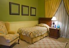 Dormitorio de la sola cama Imágenes de archivo libres de regalías