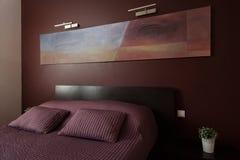 Dormitorio de lujo con arte moderno Foto de archivo libre de regalías