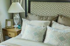 Dormitorio de lujo con las almohadas y la lámpara de escritorio imagen de archivo