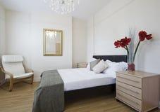 Dormitorio de lujo con las flores Foto de archivo libre de regalías