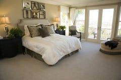 Dormitorio de lujo espacioso. foto de archivo