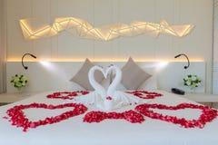 Dormitorio de lujo para los pares de la boda Fotografía de archivo libre de regalías