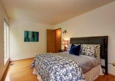 Dormitorio de marfil ligero con la cama hermosa Fotos de archivo libres de regalías