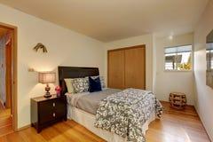 Dormitorio de marfil ligero con la cama hermosa Fotografía de archivo
