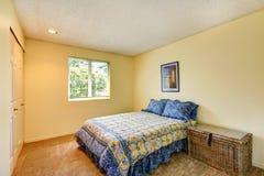 Dormitorio de marfil suave con el pecho de mimbre Fotos de archivo libres de regalías