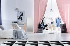 Dormitorio de moda con el vestuario Fotos de archivo libres de regalías