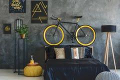 Dormitorio de moda con los carteles de la pared Fotografía de archivo