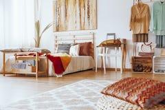 Dormitorio de Sandy con el tocador de madera Imagen de archivo libre de regalías