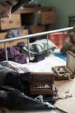 Dormitorio de Stealing Items From del ladrón durante rotura de la casa adentro fotografía de archivo