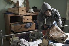 Dormitorio de Stealing Items From del ladrón durante rotura de la casa adentro imagen de archivo libre de regalías