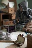 Dormitorio de Stealing Items From del ladrón durante rotura de la casa adentro foto de archivo libre de regalías