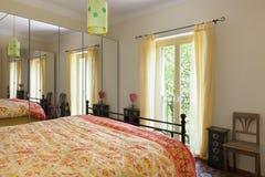 Dormitorio de un hogar rústico Imagen de archivo libre de regalías
