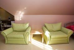 Dormitorio del ático con los sofás foto de archivo