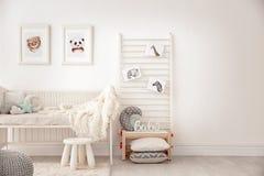 Dormitorio del bebé adornado con las imágenes imagen de archivo
