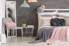 Dormitorio del color en colores pastel de la mujer fotografía de archivo libre de regalías
