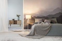 Dormitorio del espacio abierto del ` s del amante de la montaña imagen de archivo