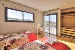 Dormitorio del estilo rural con la visión Fotos de archivo