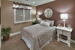 Dormitorio del hogar modelo - Brown y Tan Imágenes de archivo libres de regalías