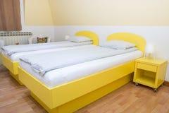 Dormitorio del hotel con dos solas camas Imagen de archivo libre de regalías