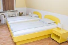 Dormitorio del hotel con dos solas camas Fotografía de archivo libre de regalías