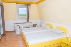 Dormitorio del hotel con dos solas camas Fotografía de archivo