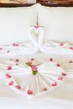 Dormitorio del hotel con las flores dispuestas en las hojas Imagen de archivo