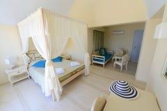Dormitorio del hotel en sombras del beige Fotografía de archivo libre de regalías