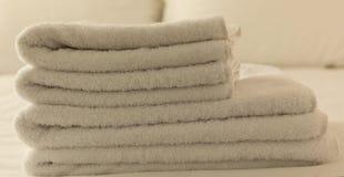 Dormitorio del hotel Hojas blancas del toalla, de lino y almohadas mullidas, dobladas en cama Ciérrese encima de la visión Fotos de archivo libres de regalías