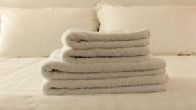 Dormitorio del hotel Hojas blancas del toalla, de lino y almohadas mullidas, dobladas en cama Ciérrese encima de la visión Imagen de archivo