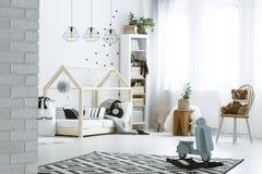 Dormitorio del niño con la pared de ladrillo fotos de archivo libres de regalías