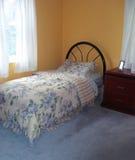 Dormitorio del niño del tono de la tierra Foto de archivo libre de regalías