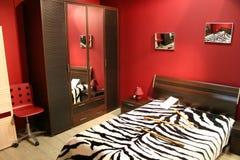 Dormitorio del rojo de la raya imagenes de archivo