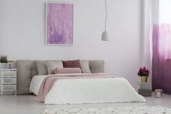 Dormitorio del ` s de la muchacha con la pintura rosada fotos de archivo