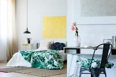 Dormitorio del ` s del amante del arte foto de archivo